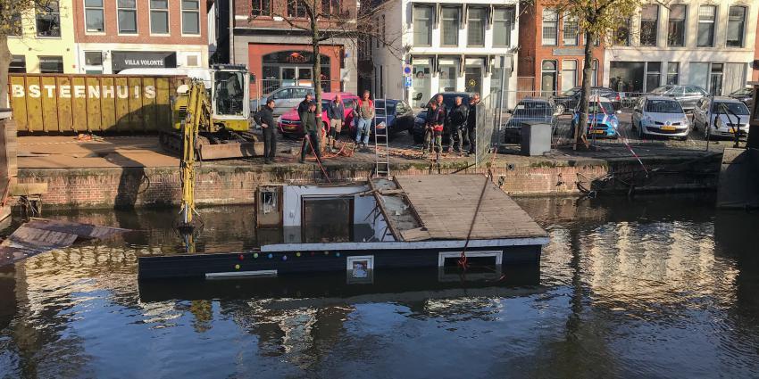 Woonboot gezonken in stad Groningen