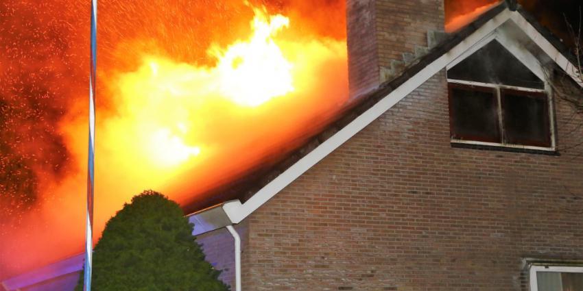 Vlammen slaan uit het dak van bungalow