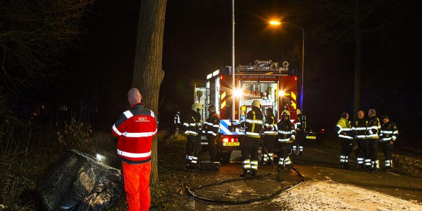 Zwaargewonde man uit brandende auto gered