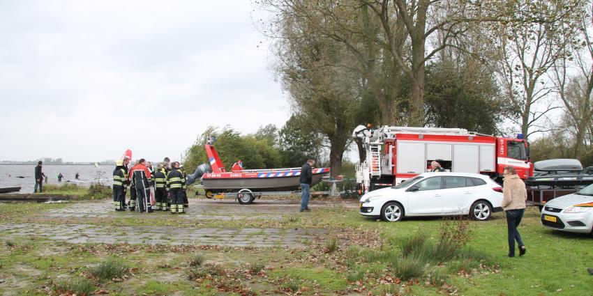 Catamaran slaat om door harde wind op Schildmeer