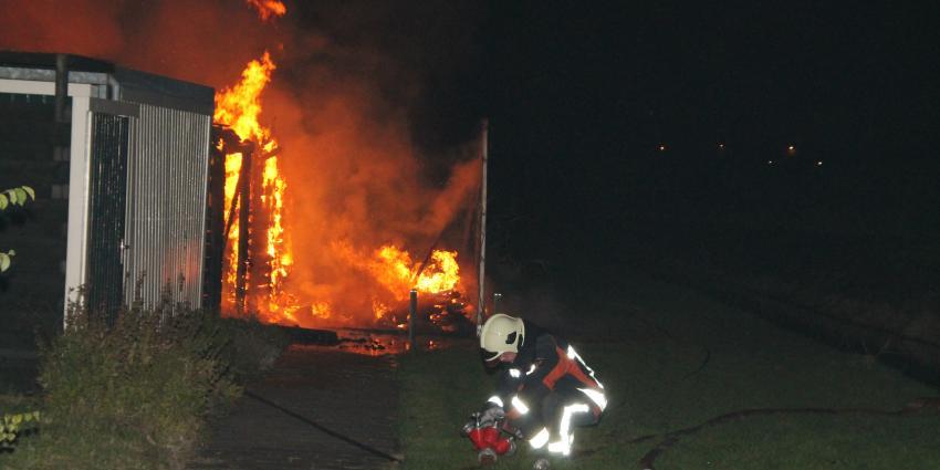 Brand verwoest schuur achter woning in Delfzijl