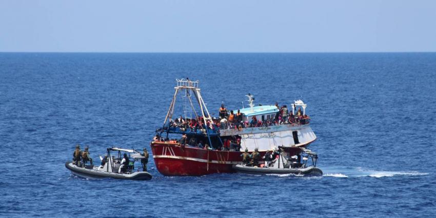 Marine redt weer migranten op zee
