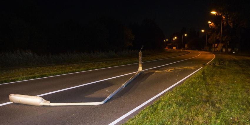 Bestuurder rijdt lantaarnpaal omver en kiest het hazenpad