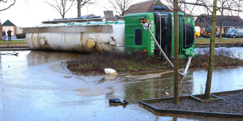 Tankwagen met gier gekanteld bij Bovensmilde