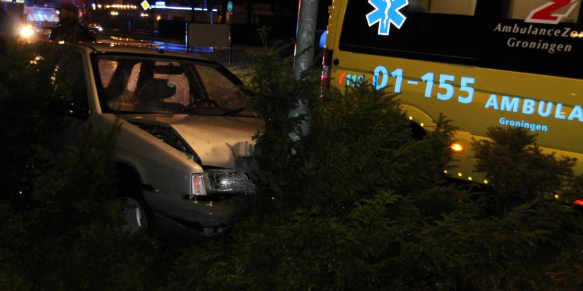 Automobiliste rijdt tegen lantaarnpaal
