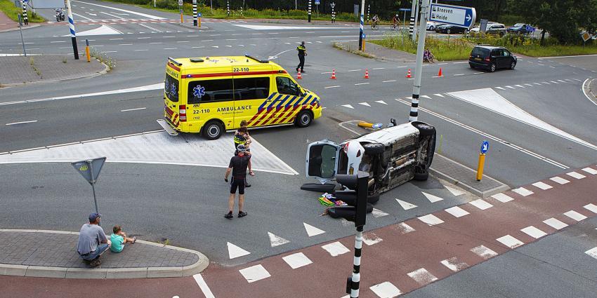 Auto op zijn kant bij verkeersongeval op druk kruispunt in Best