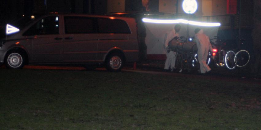 Politie schiet met messen zwaaiende man dood