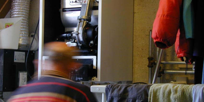 Foto van monteur kachel gas | Archief EHF