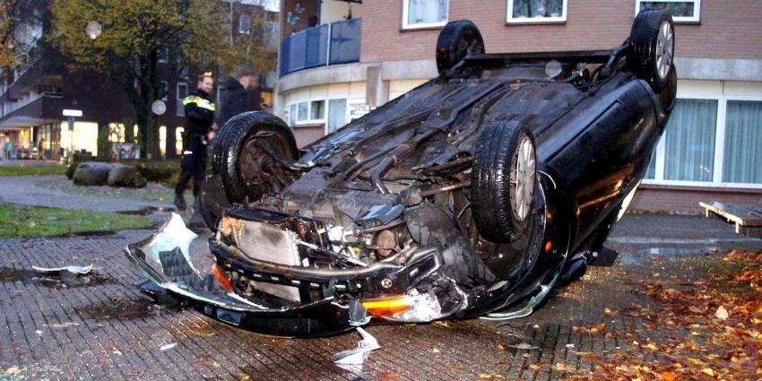 Auto over de kop geslagen in Emmen