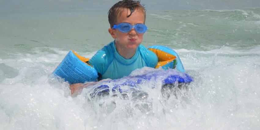 Helft onderzochte zwembandjes voldoet niet aan eisen