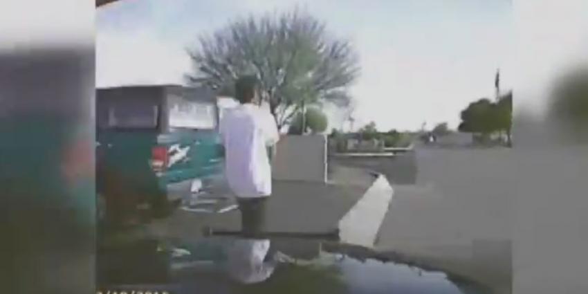 Politie rijdt in op gewapende man