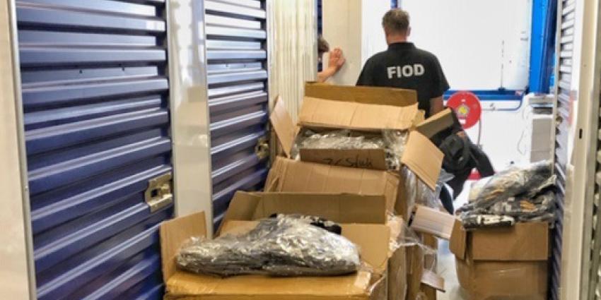 Foto van medewerker FIOD en namaak kleding