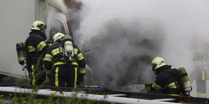 Kleine vrachtwagen volledig verwoest door brand op snelweg A2 bij Vught