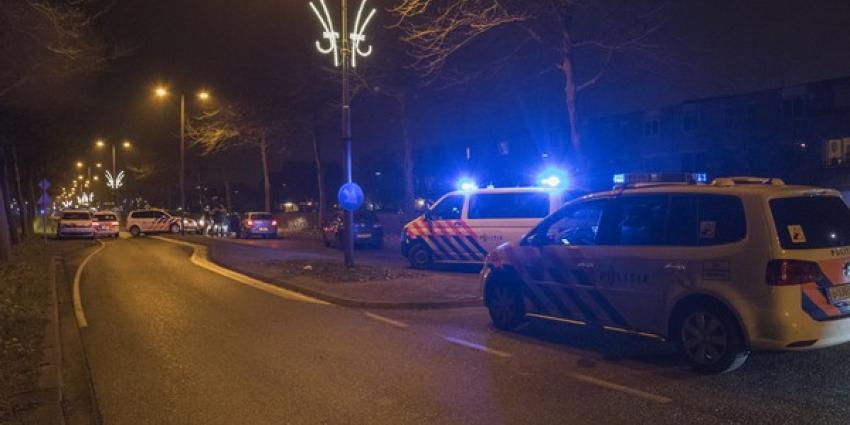 Politie rijdt auto klem en lost schot