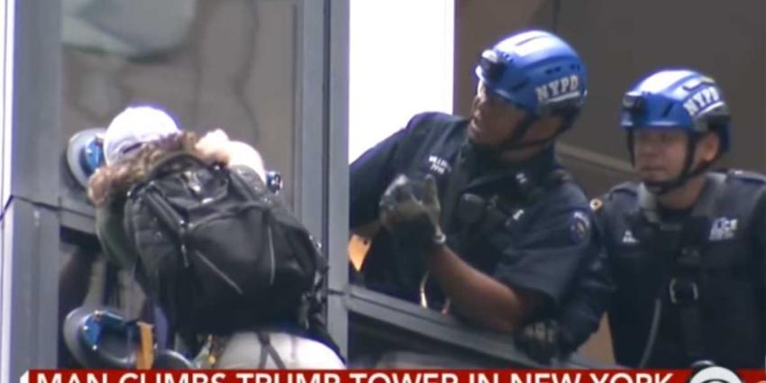 Man beklimt Trump Tower met speciale zuignappen