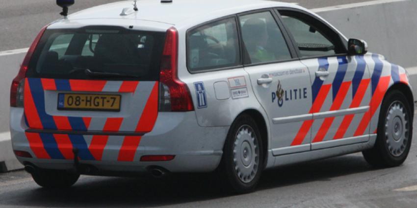 Caravan over de kop na aanrijding, automobilist rijdt door