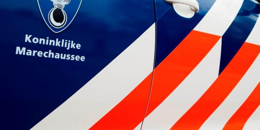 Marechaussee houdt op Schiphol drie mannen aan met gestolen auto