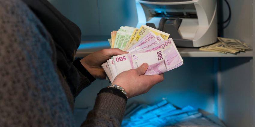 Ruim 110.000 euro aangetroffen in bagage