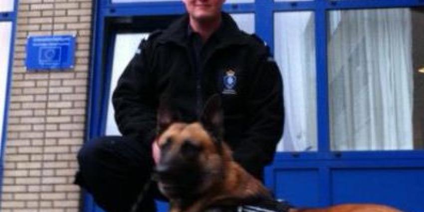 Foto van medewerker marechaussee met hond