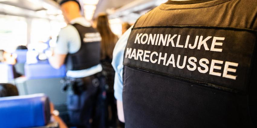 Controle door Marechaussee in trein