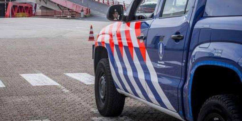 Marechaussee vindt 24 vreemdelingen in vrachtwagen in Europoort