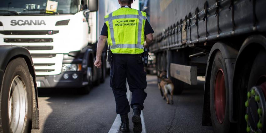 Vijf vreemdelingen verstopt in vrachtwagen, bestuurder aangehouden