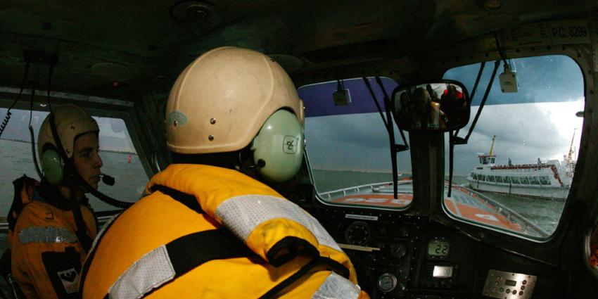 Opvarende gered van brandend zinkend zeiljacht