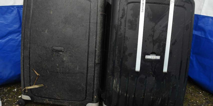 Romp van vrouw in koffer Zuider IJdijk