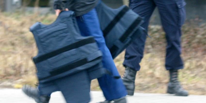 Politie in kogelwerende vesten naar ;filmmakers