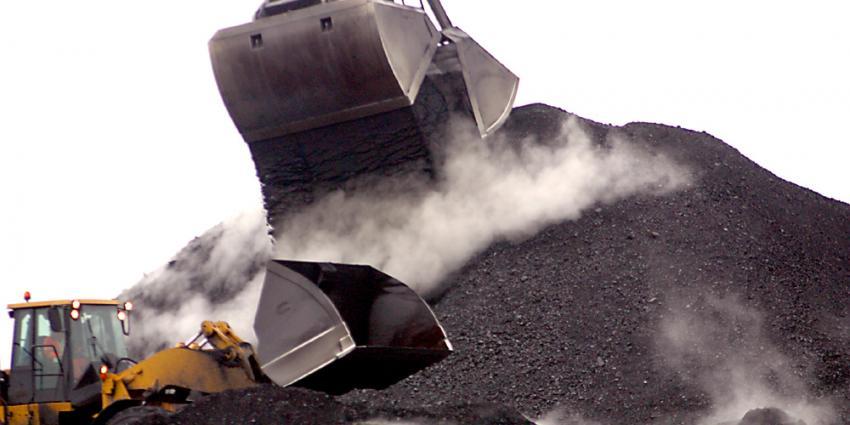 Foto van lossen van steenkool in haven   Archief EHF