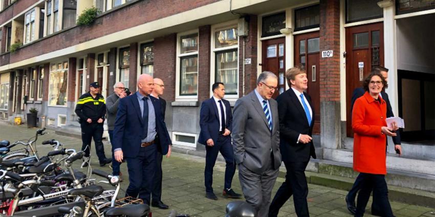 Koning bezoekt Rotterdamse probleemwijk met stadsmariniers