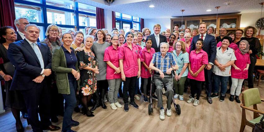 Koning met minister De Jonge op werkbezoek in verpleeghuis Amersfoort