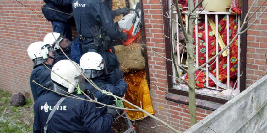 Sectie op dode na brand kraakpand om identiteit vast te stellen