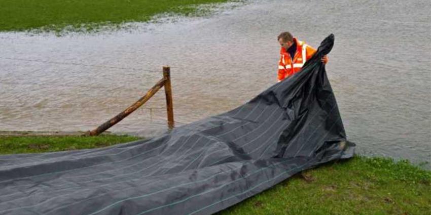 Rijkswaterstaat beschermt kade Scherpekamp met matten vanwege hoogwater
