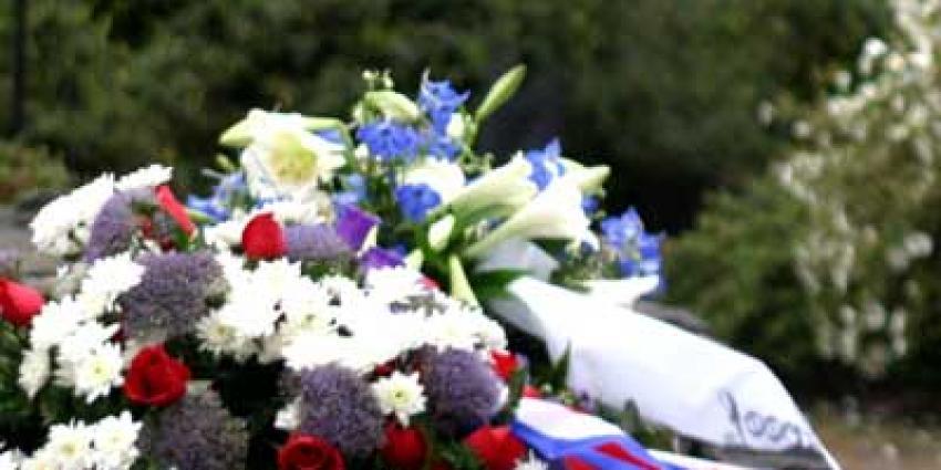 Foto van bloemen krans herdenking doden oorlog | Archief EHF