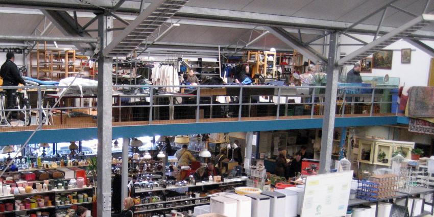 Medewerker kringloopwinkel ontdekt werk van Piet Mondriaan tussen de spullen