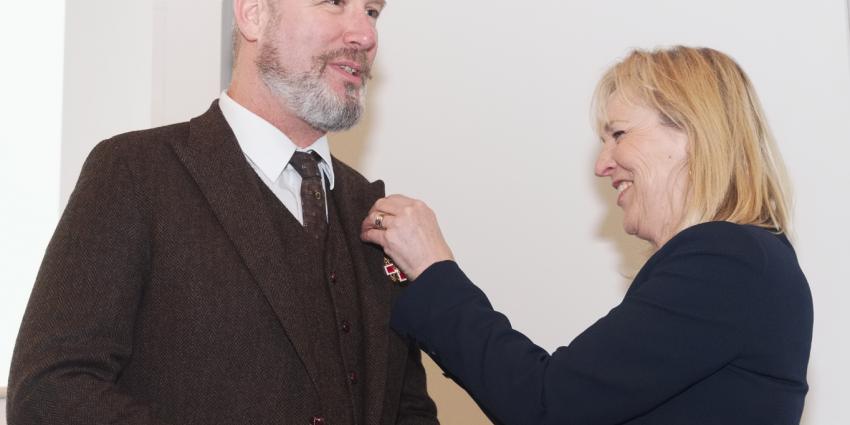 Eric Corton krijgt hoge Rode Kruisonderscheiding