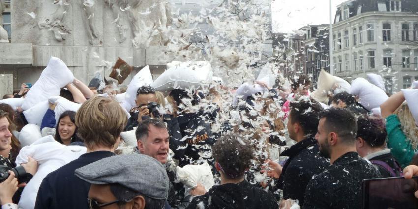 Heerlijk kussengevecht op de Dam om International Pillowfightday te vieren