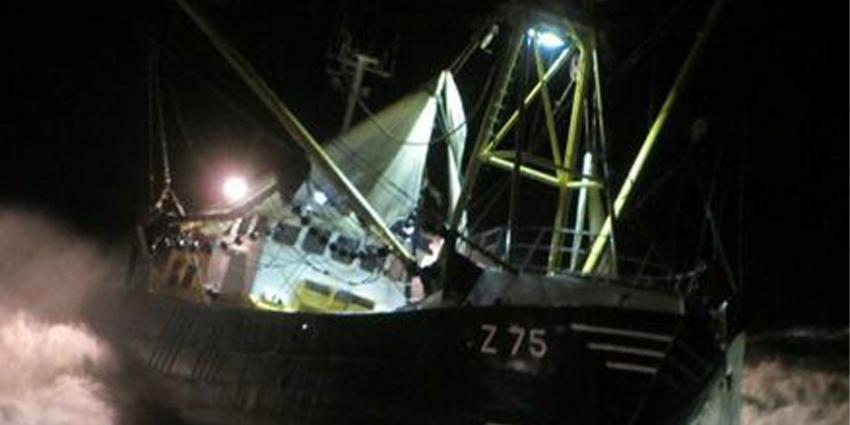vissers vast op gestrand schip