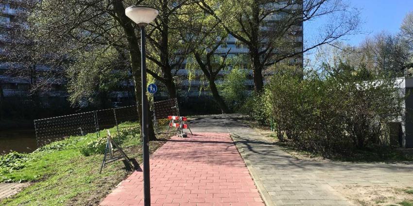 Lantaarnpaal staat midden op nieuw aangelegd fietspad Schiedam