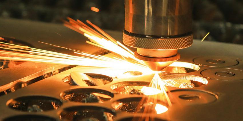Laser snijdt in metaal