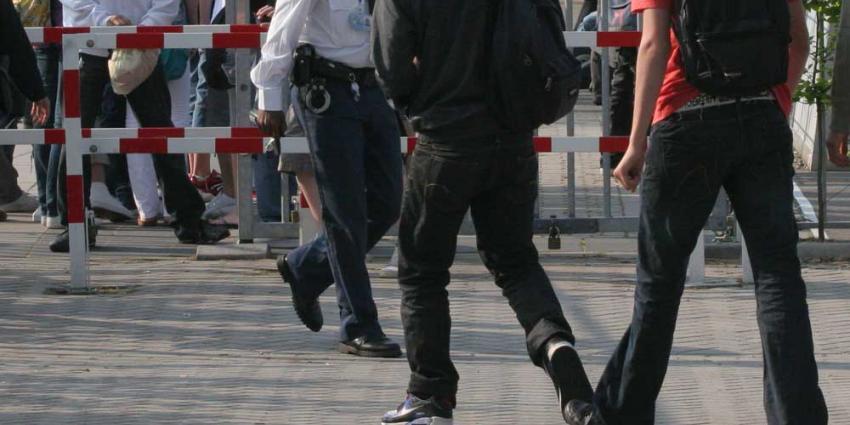 Foto van politie en leerling op schoolplein | Archief EHF