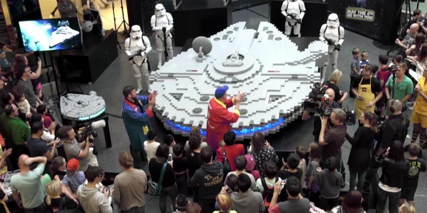 Vader en zoon bouwen groot ruimteschip van LEGO in twee dagen