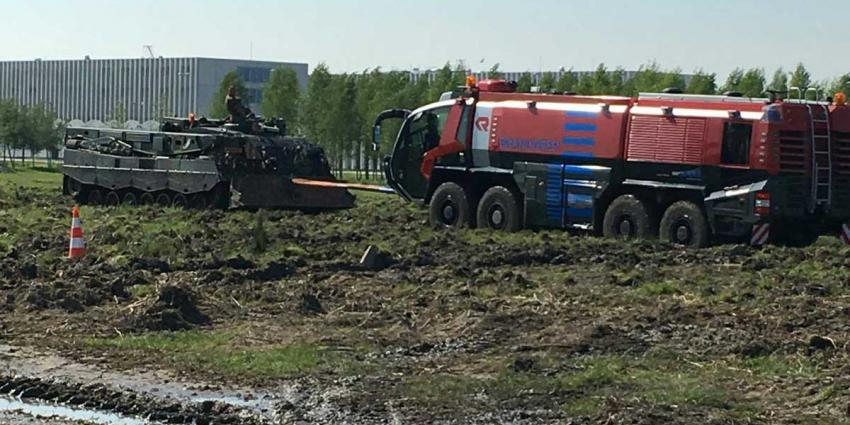 Leopard-2 bergingstank trekt crashtender Schiphol uit de modder