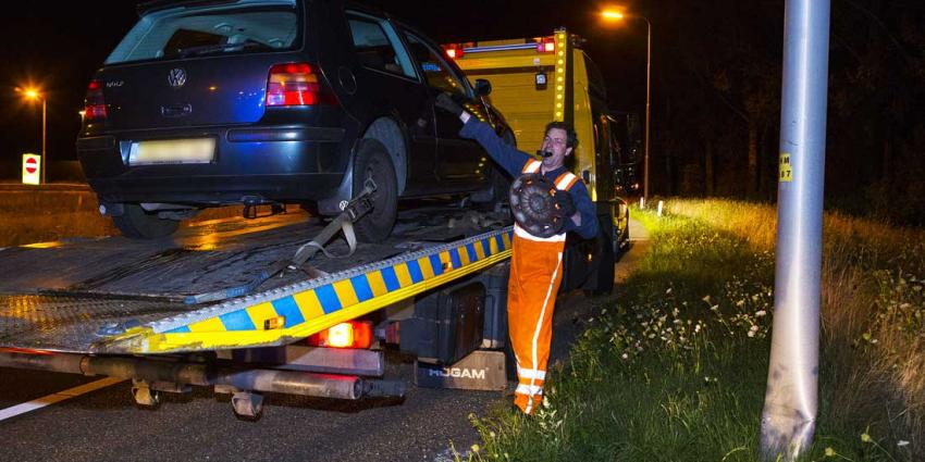 Automobilist niet gewond na botsing op lichtmast oprit A2 bij Best