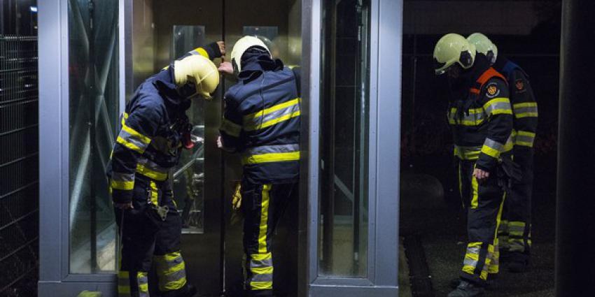 Brandweer bevrijdt persoon uit lift op NS station in Boxtel