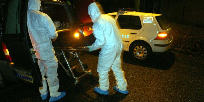 Politie verricht onderzoek na vondst dode in woning in Hank
