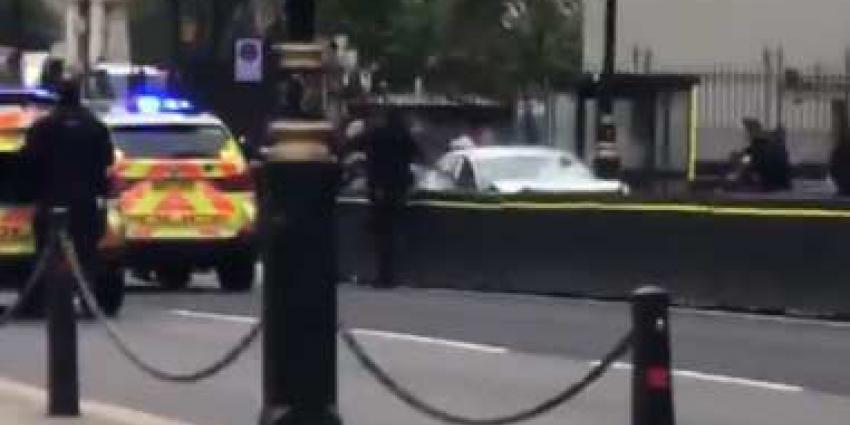 roadblock Auto crasht op roadblock bij parlementsgebouw Londen