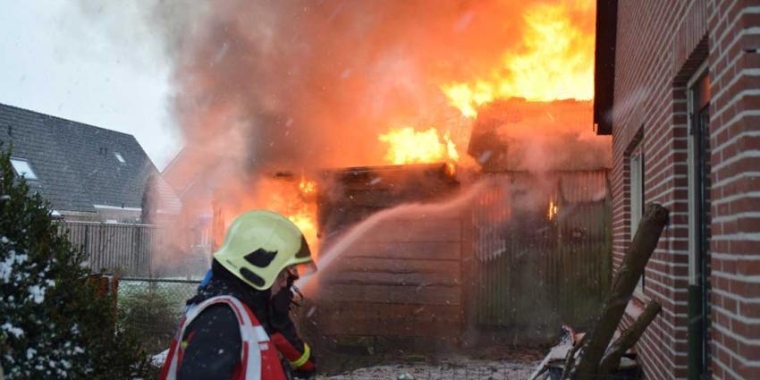 Brand legt loods in Hollandscheveld in de as