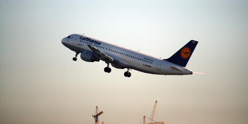 Man probeert tijdens vlucht deur toestel Lufthansa te openen